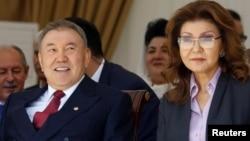 Нұрсұлтан Назарбаев (сол жақта) үлкен қызы Дариғамен бірге мерекелік шарада отыр. Алматы, 1 мамыр 2016 жыл.