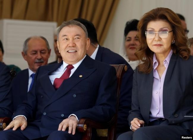 Нурсултан Назарбаев и его старшая дочь Дарига, которая сейчас занимает пост спикера сената парламента