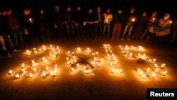 فعالان سوری در آستانه سال جدید در منطقه صلاحالدین شمعهایی را به یادبود قربانیان جنگ داخلی این کشور روشن کردهاند.