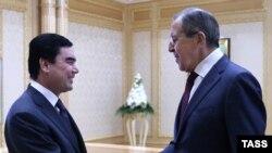 Prezident Gurbanguly Berdimuhamedow (Ç) rus daşary işler ministri Sergeý Lawrow bilen duşuşýar.