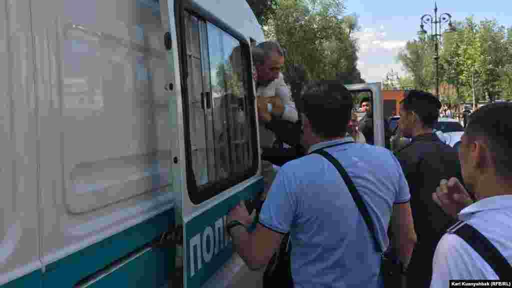 23 июня на одной из центральных улиц Алматы десятки людей были задержаны полицейскими и на транспорте доставлены в отделение полиции. В этот день полицейские провели задержания в Астане и других городах. Алматы, 23 июня 2018 года. Фото корреспондента Азаттыка Куанышбека Кари.