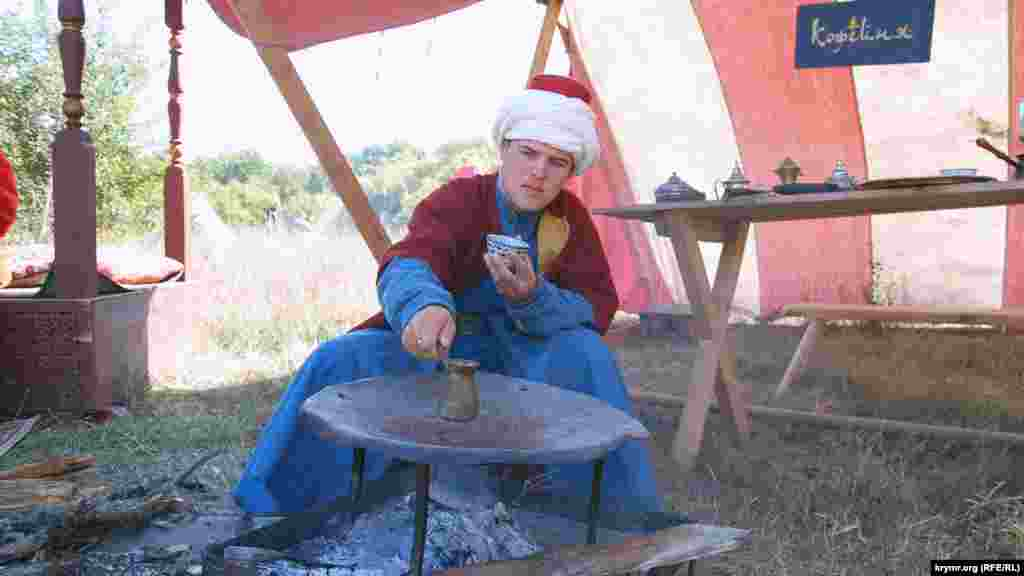 Власник турецької кав'ярні варить каву за середньовічним рецептом у польовому таборі на майданчику «Османська імперія»