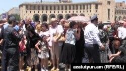 Акция протеста работников завода «Наирит» перед зданием правительства Армении, Ереван, 4 июня 2015 г.