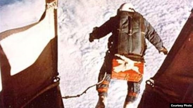 Kittinger steps off the gondola to begin his record-setting free-fall to Earth.