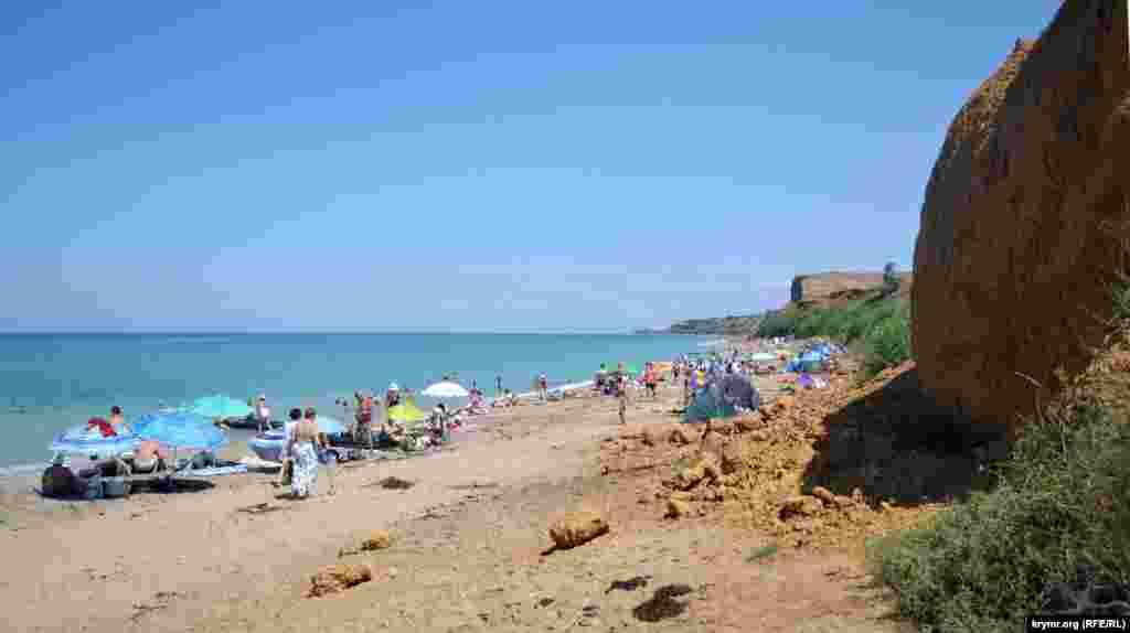 Из-за разработки карьера в правой части пляжа в Немецкой балке осыпается глинистый грунт с камнями