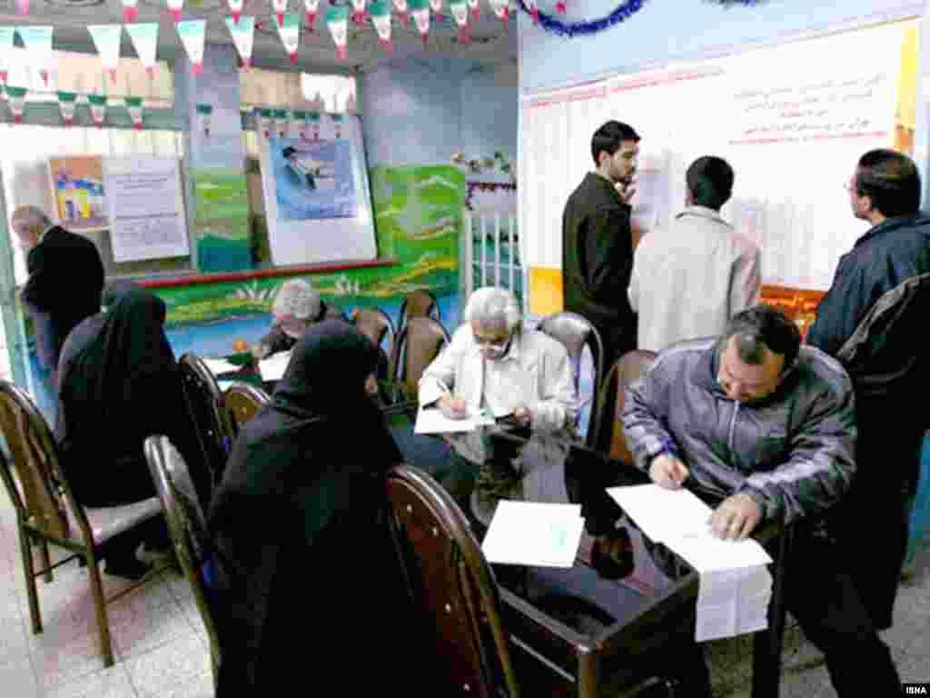 یکی از حوزه های رای گیری اسلامشهر. عکس از ایسنا