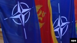 Государственный флаг Черногории между флагами НАТО.