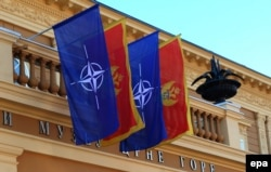 Прапори НАТО та Чорногорії у Цетинє. Грудень 2015 року