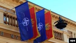 Zastave NATO i Crne Gore na zgradi državnog Parlamenta