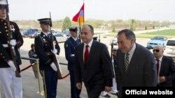 Встреча министров обороны Армении и США - Сейрана Оганяна (слева) и Леона Панетты в Пентагоне, 23 марта 2012 г.
