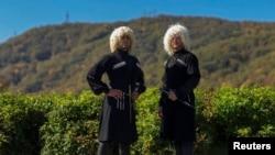 Кавказцы в национальной одежде