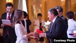 Бишкек мэри бүтүрүүчүлөргө аттестат тапшырууда. 2017-жыл