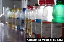 """Образцы воды в лаборатории """"Экогидрохимгео"""". Алматы, 12 марта 2013 года."""