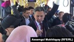 Аким казахстанской столицы Бахыт Султанов и протестующие матери в пригнанном автобусе по пути в акимат. Нур-Султан, 16 мая 2019 года.