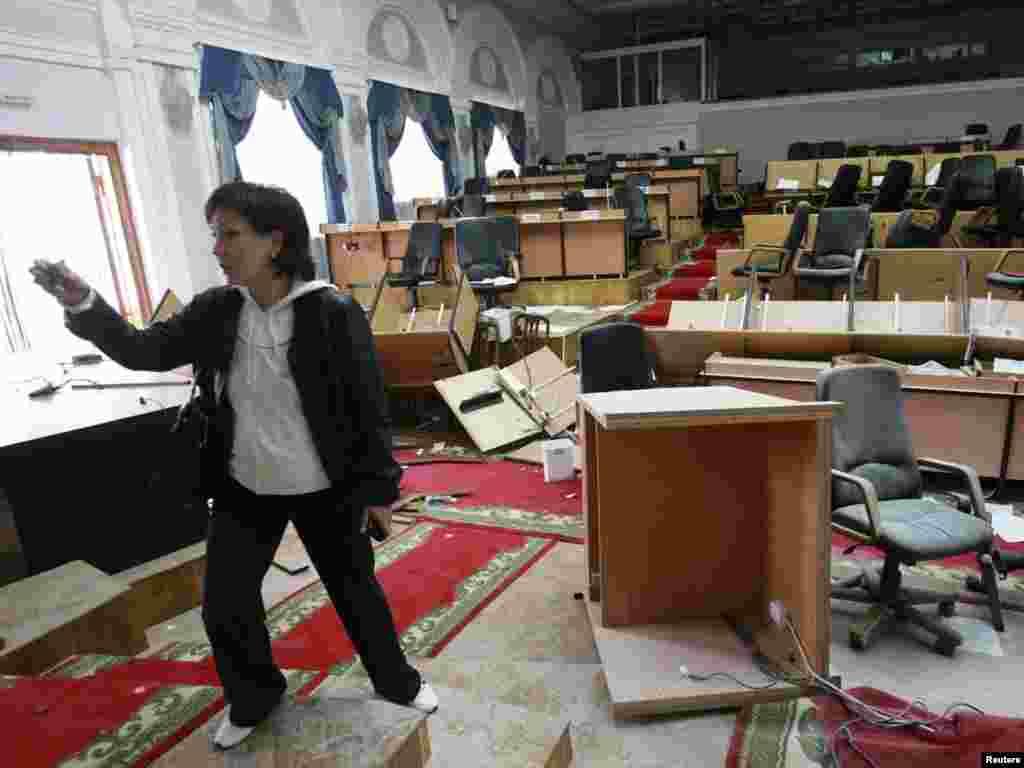 Бішкектегі тоналған парламент ғимараты. 8 сәуір,2010 жыл.
