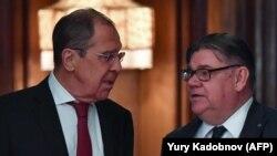 Rusiyanın Xarici işlər naziri Sergei Lavrov (solda) finlandiyalı həmkarı Timo Soini ilə, arxiv fotosu