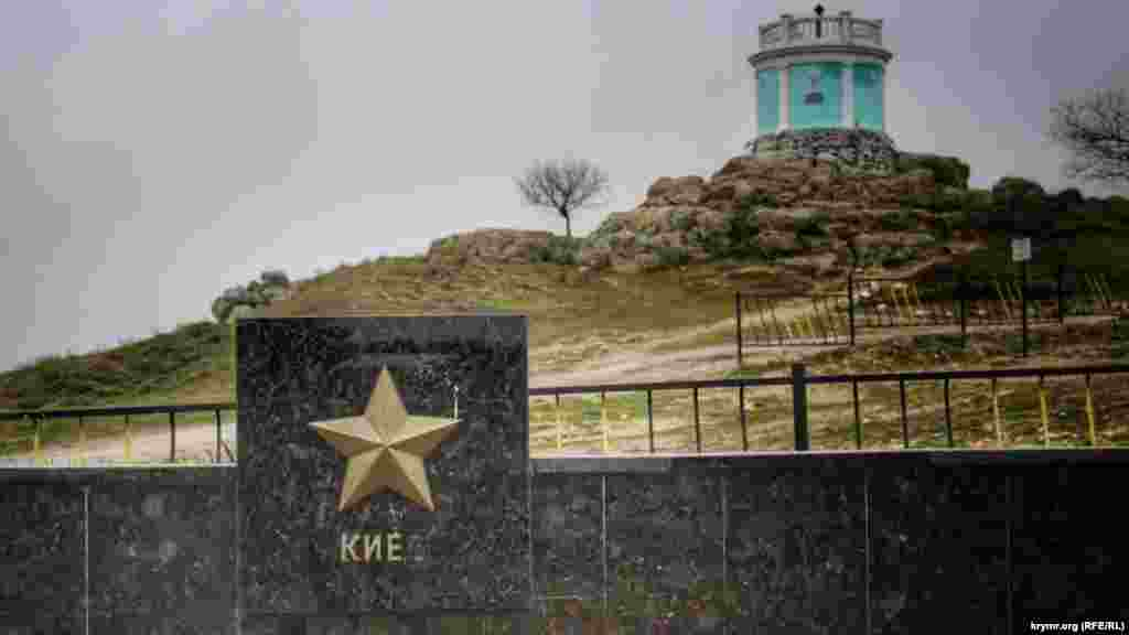 На аллее городов-героев в Керчи с постамента, где указан Киев, куда-то исчезла буква «в»
