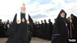 Catholicos Garegin II (right) and Russian Patriarch Kirill lay a wreath at a monument to Russian soldiers killed in the Russo-Persian war in Yerevan.