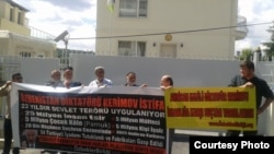 Ўзбекистон Халқ ҳаракати аъзолари Истанбулдаги Ўзбекистон консулхонаси олдидаги пикетда, 2012 йилнинг 1 сентябри.