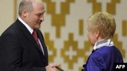 Александр Лукашенко, очередной раз получивший из рук главы ЦИК Белоруссии Лидии Ермошиной удостоверение президента, оказался одним из немногих кандидатов, кто не был арестован после выборов главы страны.