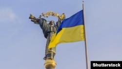 Монумент Независимости и флаг Украины на Майдане в центре Киева