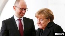 دیدار آرسنی یاتسنیوک، نخست وزیر اوکراین با آنگلا مرکل، صدراعظم آلمان ساعاتی پس از حمله سایبری به وبسایتهای دولت آلمان انجام شد