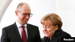 Прем'єр-міністр України Арсеній Яценюк (Л) і канцлер Німеччини Ангела Меркель під час зустрічі у Берліні, 8 січня 2015