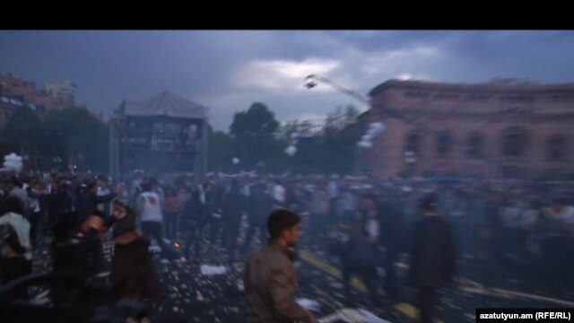 Armenia - Gas-baloons blow up during Republican party's pre-election rally in Yerevan's Republic square, Yerevan, 04May2012