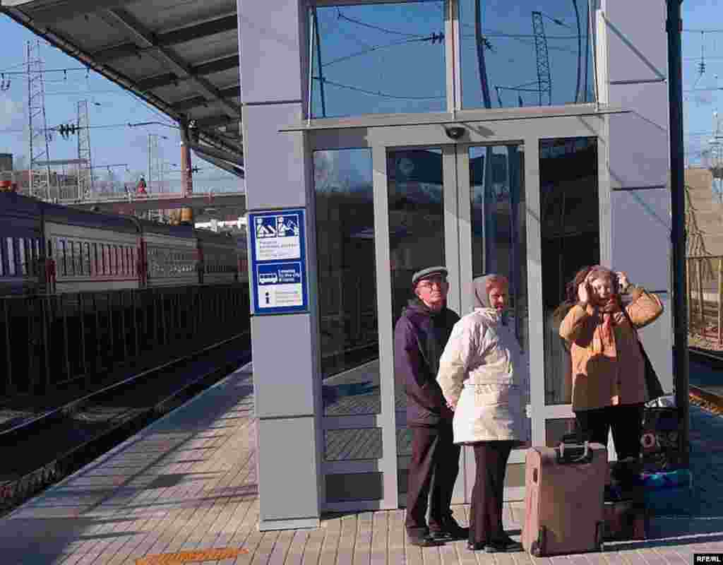 In July 2003, Russia, Lithuania, and the EU signed an agreement on Russian transit through Lithuania. To cross Lithuanian territory, Russians need a Lithuanian visa and a Facilitated Railway Transit Document (FRTD) for the train journey. In this picture, passengers wait on the platform after passing through passport control in Vilnius.