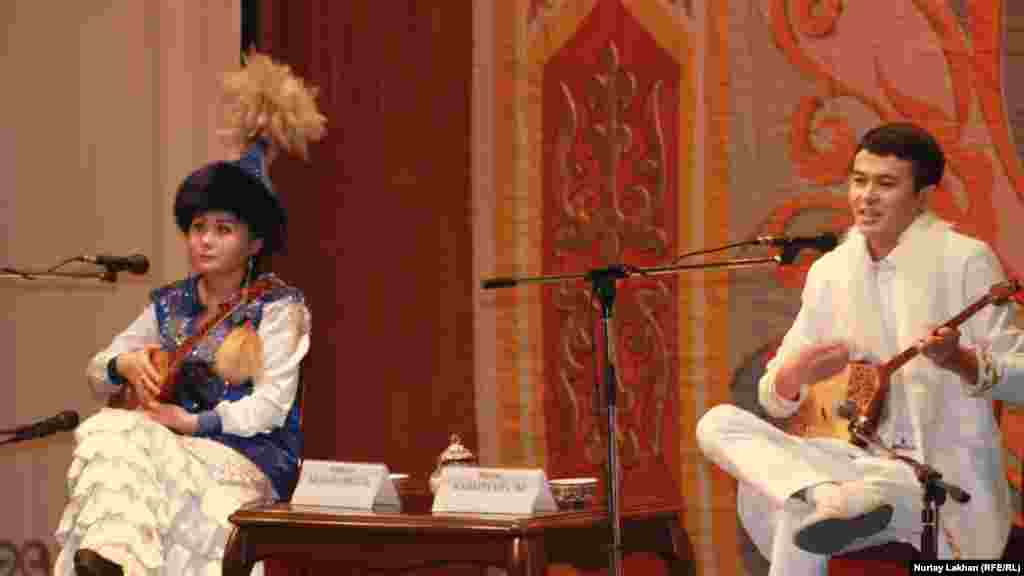 Анаргүл Беделханқызы (сол жақта) мен Манас Қайыртайұлы.