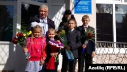 Мәктәп мөдире Илдар Ибраһимов Арташ авылы балаларын каршылый