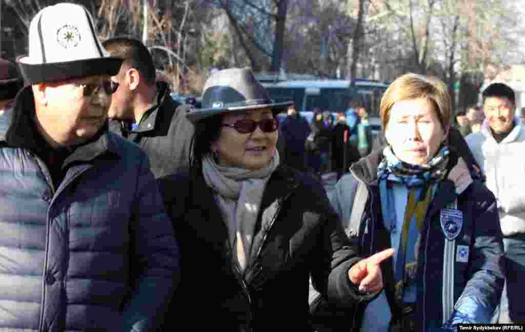 Эмилбек Каптагаев и экс-президент Роза Отунбаева.