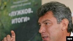 Борис Немцов сделал подарок Юрию Лужкову