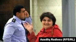 Хадиджи Исмаил при задержании в бакинском аэропорту, 3.10.2014. Архивное фото