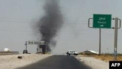 دخان متصاعد من منطقة يسيطر عليها مسلحو (داعش) قرب مدينة طوز خورماتو.
