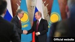 Президент Казахстана Касым-Жомарт Токаев (слева) и президент России Владимир Путин во время встречи в Москве, 3 апреля 2019 года.