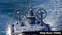 Малый десантный корабль на воздушной подушке «Евгений Кочешков» во время оперативных учений «Океанский щит - 2019» в Балтийском море (иллюстративное фото)