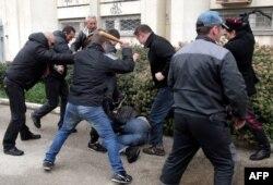 Проросійські активісти б'ють прихильників України в Севастополі. 9 березня 2014 року