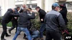 """Члены так называемых """"отрядов самообороны Крыма"""" битами избивают проукраински настроенного активиста"""
