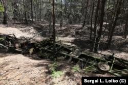 Фрагменты военной техники, разбросанные в лесу рядом с базой