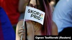 Foto e realizuar gjatë një Parade të Krenarisë në Shkup.