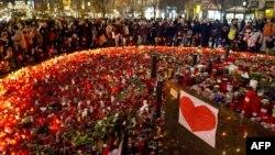 Свечи в память о Вацлаве Гавеле на Вацлавской площади Праги
