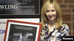 J.K. Rowling sa nagradm za književnost osvojenom 2010.