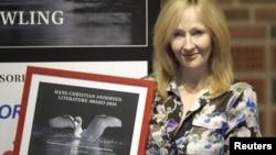 Джоан Роулинг с дипломом Премии имени Х.К. Андерсена, полученной ей в 2010 году