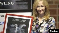 J.K. Rowling sa osvojenom književnom nagradom 2010.