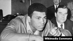 1967 йилда армияда хизмат қилишдан бош тортиши ортидан Муҳаммад Али чемпионлик камаридан махрум этилди.