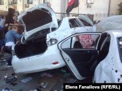 Автомобили сотрудников российского посольства в Киеве, разгромленные во время акции протеста 15 июня