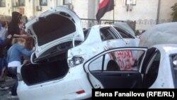 Автомобілі співробітників російського посольства в Києві, розгромлені під час акції протесту 15 червня 2014 року