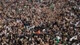 صورة من الأرشيف لمئات آلاف الزوار إلى مرقد الإمام موسى الكاظم بحي الكاظمية في بغداد