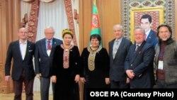Aşgabat. Türkmen parlamentiniň başlygy Akja Nurberdiýewa ÝHHG-nyň delegasiýasynyň wekilleri bilen. Arhiw siuraty.